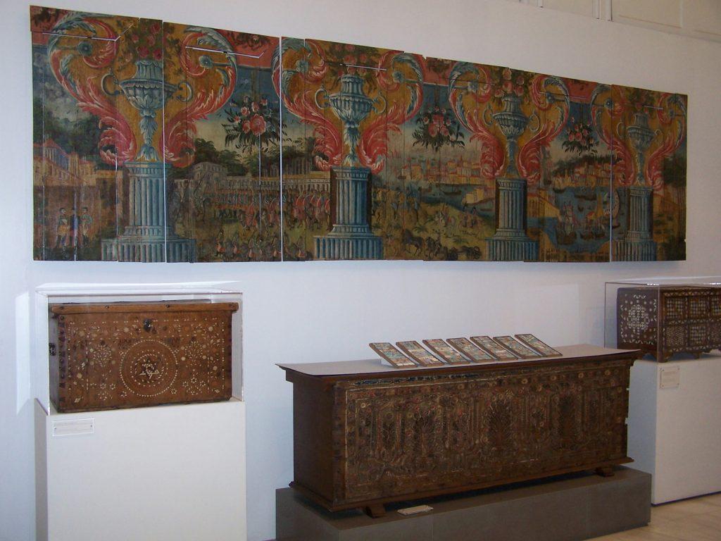 '' Seven Notes '',   2009<br>Handmade paper, newspaper, corrugated paper<br>26 x 110 cm.